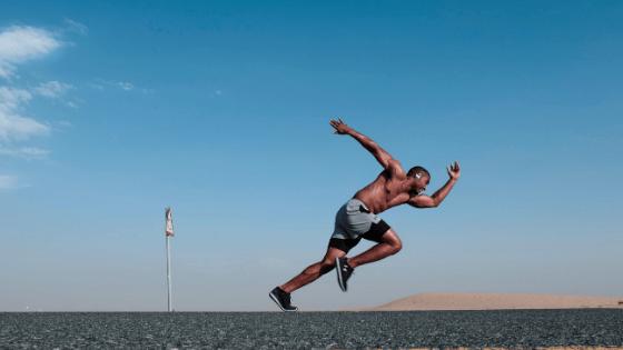 Rebondir avec plus d'énergie - Unique coaching - coureur homme qui démare sa course
